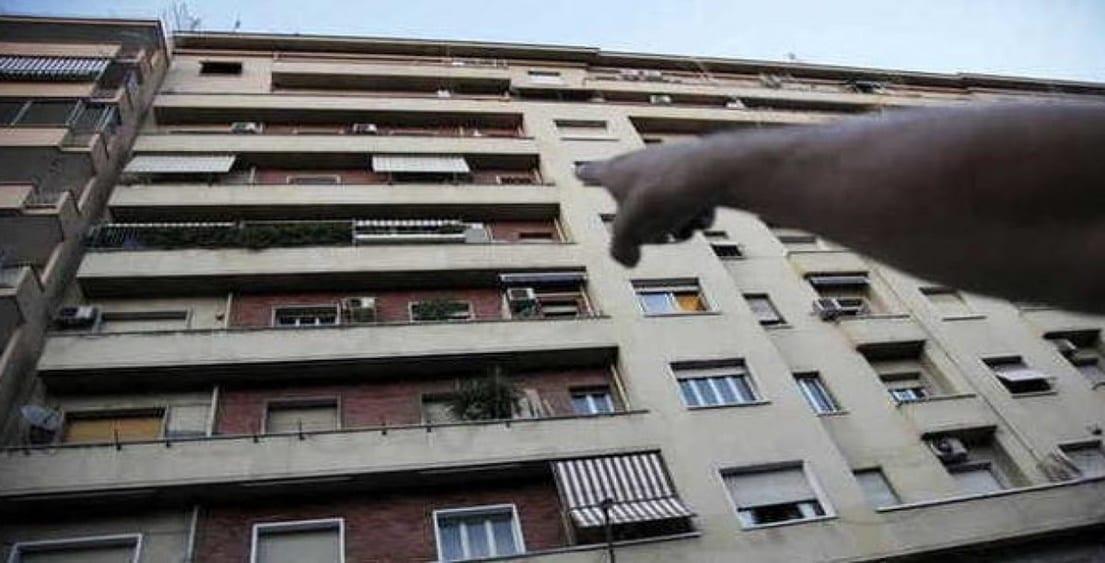 """Bimbo di 4 anni cade dal balcone e """"atterra"""" sullo stendino del vicino: salvo"""