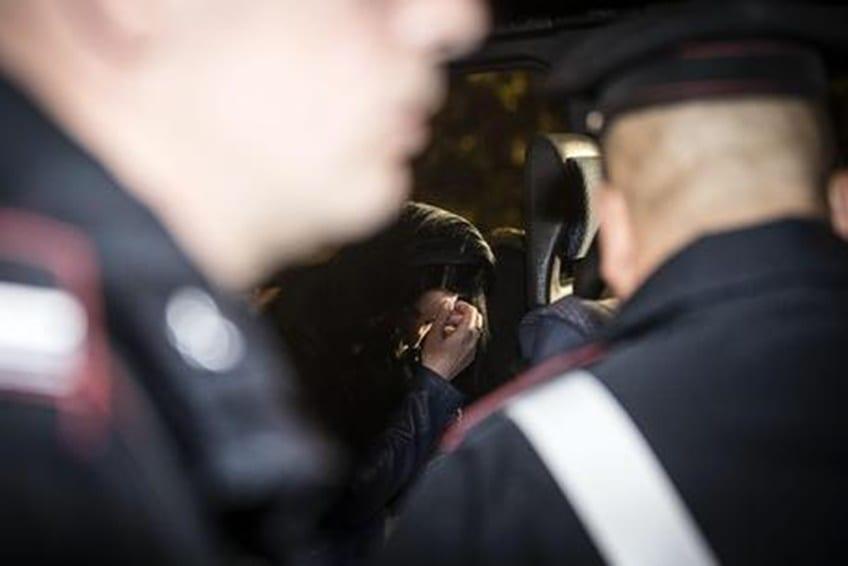 Faceva prostituire i figli di 3, 4 e 7 anni: anche un carabiniere tra i clienti